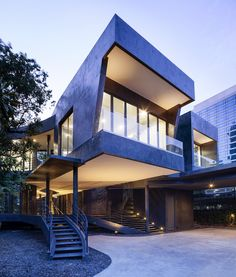 Situated inside an existing lush garden in the middle of one of Bangkok's expatriate areas, Divergence House emerges from the intentionof preserving as many existing trees as possible within the site. Therefore the question of this project is not so m