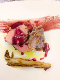 Filetto di maiale, more sciroppate, brasato d'indivia e chips