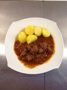 Würziger Gulasch mit Kartoffeln
