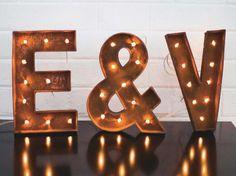 Pour un mariage chic et original, on craque pour cette enseigne lumineuse à faire soi-même, simple à réaliser. Posée à l'entrée de la salle de réception...