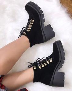 Saiba mais em www.chiqueterrimasapatos.com.br Pretty Shoes, Beautiful Shoes, Fashion Boots, Sneakers Fashion, Goth Shoes, Aesthetic Shoes, Fresh Shoes, Hype Shoes, Cute Boots
