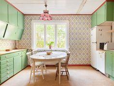 Villa till salu på Heda Hedaborg 1 i Ödeshög - Mäklarhuset Emma's Kitchen, Retro Kitchen Decor, Country Kitchen, Vintage Kitchen, Pastel Kitchen, Old Cabinets, Home And Living, Home Kitchens, Sweet Home
