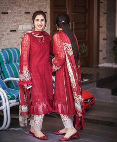 Pakistani Dresses Party, Simple Pakistani Dresses, Pakistani Fashion Party Wear, Pakistani Outfits, Eid Dresses, Indian Fashion, Women's Fashion, Dress Designs For Girls, Stylish Dresses For Girls