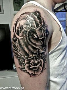 Tatuagem+no+bra%C3%A7o+de+carneiro+a+preto+e+branco+com+flor+e+estrelas.jpg…