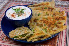 Bolani är ett afghanskt tunnbröd som fylls och steks gyllene. De smakar allra godast nystekta och varma och serveras gärna med en god yoghurtdipp. Bolani kan serveras som en sidorätt eller som en hel måltid. En godvegetarisk rättsom även passar veganer. Om man vill servera en vegansk yoghurtdipp bredvid kan man enkelt byta ut yoghurten mot soja- eller havreyoghurt. 10 stbolani Ca 10 dl vetemjöl 4 dl vatten 1,5 tsk salt 2 msk olja (olivolja eller neutral olja funkar bra) Fyllning 1… Vegan Foods, Vegan Desserts, Vegetarian Recipes, Cooking Recipes, Zeina, Middle Eastern Recipes, Everyday Food, Tofu, Tapas