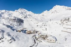 Das Hotel Seekarhaus in Obertauern befindet sich direkt im Skigebiet, umringt von den Pisten Obertauern. Raus aus dem Wellnesshotel, Ski anschnallen und direkt auf die Skipiste. So macht Skiurlaub in Salzburg Spaß