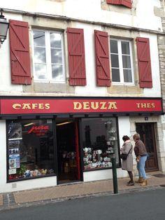 Cafés en Francia, San Juan de Luz Outdoor Decor, Home Decor, San Juan, France, Lights, Homemade Home Decor, Decoration Home, Home Decoration