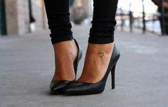 Pequeño Tatuaje de un corazón en el pie, cerca del tobillo.