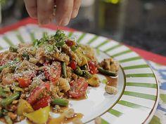 1 manga verdes (bem dura)  - 1/2 c. sopa de óleo de girassol  - 2 dentes de alho fatiados finamente  - 2 cebolinhas fatiadas  - 100g de camarões já sem casca  - 2 c. sopa de amendoins torrados sem sal  - 1 c. sopa de camarão seco  - 1 c. sopa de Nam Pla (Molho de peixe) ou Shoyo (Molho de soja)  - 1 limão  - 2 c. chá de açúcar de palmeira ou mascavo  - pimenta do reino  - 100g de vagem francesa  - 100g de tomate cereja  - 1 pimenta dedo de moça ou malagueta  - sal e pimenta