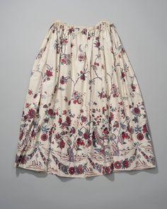 Rok, sitstechniek op katoen, India Coromandelkust, gevoerd met wit linnen. Gedragen in de Zaanstreek. Dessin van bloemranken waaronder brede rand bestaande uit naast elkaar geplaatste bloeiende bomen. aan de zoom guirlandes bijeengehouden door linten. geschilderd in verschillende tinten rood en blauw op crèmekleurig fond. 1750-1775, katoen #NoordHolland #Zaanstreek Quilted Skirt, 18th Century Costume, Aari Embroidery, Jeweled Shoes, Kurti Designs Party Wear, Textiles, Sock Shoes, Traditional Outfits, Dress Making