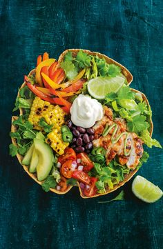 Taco salad bowl with green goddess dressing The best thing about our Mexican taco salad filled with chipotle chicken, black beans, charred vegies, avocado and tomato salad? You can eat everything, including the crispy tortilla bowl. Easy Taco Salad Recipe, Taco Salad Bowls, Taco Salad Recipes, Mexican Food Recipes, Vegetarian Taco Salad, Healthy Salads, Healthy Eating, Healthy Recipes, Vegetable Soup Healthy