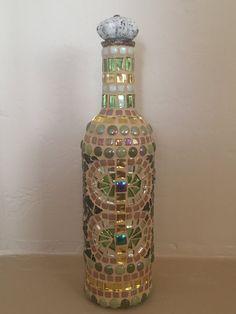Botella de vino mosaica Wine Bottle Covers, Wine Bottle Art, Diy Bottle, Reuse Bottles, Painted Wine Bottles, Decorate Wine Bottles, Decorated Bottles, Vintage Bottles, Mosaic Bottles