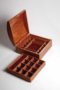 Woodworking Plans 9 Free DIY Jewelry Box Plans: Woodworking Crafts' Free Jewelry Box Plan - Build a meaningful keepsake gift with these free jewelry box plans. There are lots of different styles and a great plan for every skill level. Small Woodworking Projects, Woodworking Furniture Plans, Woodworking Box, Wood Projects, Woodworking Classes, Popular Woodworking, Youtube Woodworking, Woodworking Equipment, Woodworking Machinery
