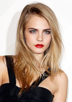 Cara Delevigne looks so stunning with this look!