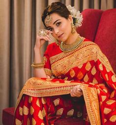 Saree and blouses Rotes Goldtraditioneller Silk Hochzeits-Saree - Rotes Goldtraditioneller Silk Hoch Indian Bridal Sarees, Indian Bridal Outfits, Indian Bridal Fashion, Indian Bridal Wear, Indian Designer Outfits, Lehanga Bridal, Indian Wear, Designer Sarees Wedding, Saree Wedding
