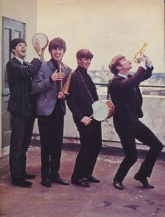 Paul McCartney, George Harrison, Ringo Starr, and John Lennon (Rare Beatles Photos) George Harrison, John Lennon, Beatles Love, Beatles Photos, Beatles Guitar, Beatles Funny, Beatles Poster, Beatles Albums, Beatles Art