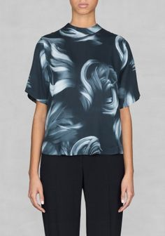 & OTHER STORIES Lightweight and comfortable, this short-sleeved blouse has a high neck and sophisticated style.