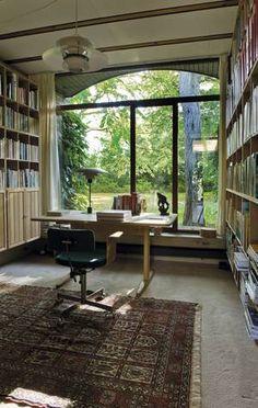 Husets biblioteksværelse med flot udsigt til den viltre have.