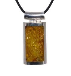 Un precioso colgante de plata  y ámbar de color miel en un diseño sencillo y elegante. De www.ekleipsis.com.