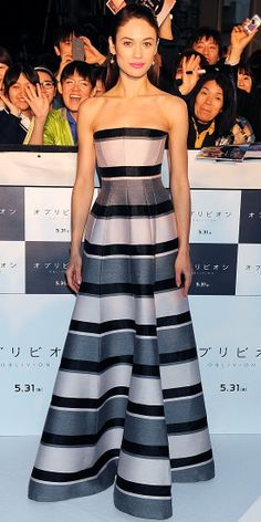 Olga Kurylenko couldn't be missed in her striped gown and gold drop earrings at the Tokyo Oblivion premiere.
