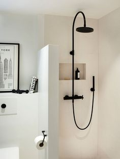 Vakker form i dusjen Compact Bathroom, Modern Master Bathroom, Minimalist Bathroom, Bathroom Faucets, Remodel Bathroom, Small Bathroom, Colorful Bathroom, Shower Bathroom, Vanity Bathroom