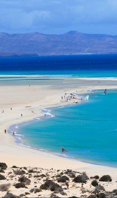 L'Espagne côté mer : Vamos a la playa   De la Galice à l'Andalousie, en passant par la Catalogne ou les îles Baléares et les îles Canaries, l'Espagne dispose de 7 880 km de côtes, d'une pléiade de plages, de nombreux spas et centres de remise en forme (du plus classique au plus inattendu : wine spa, pressothérapie...), d'écoles et de centres de sports nautiques (snorkeling, surf, kitesurf... ).