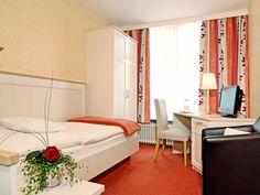 Das AKZENT Hotel Dorn in Büsum verfügt über 9 Einzelzimmer oder 15 Doppelzimmer. Oversized Mirror, Divider, Curtains, Room, Furniture, Home Decor, Single Bedroom, Bedroom, Blinds