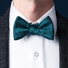 fancy how to bow tie tie Tie A Tie Easy, Make A Bow Tie, White Bow Tie, Blue Bow Tie, Circle Wedding Ceremonies, Eldredge Knot, Tie A Necktie, Black Tie Attire, Moda Masculina