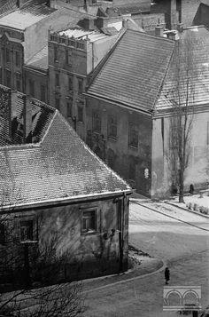 Wylot ul. Kanoniczej: Dom Długosza (nr 25) i Pałac Górków (nr 24) - widok z Wawelu Koniec lat 40. XX w. Ul, Krakow, Planet Earth, Planets, Maine, Cool Photos, Old Things, House Styles