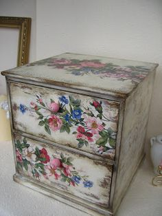 Every tip you need for decoupage! Decoupage Furniture, Decoupage Box, Decoupage Vintage, Chalk Paint Furniture, Hand Painted Furniture, Funky Furniture, Shabby Chic Furniture, Furniture Makeover, Tole Painting