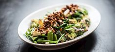 Få opskriften på Salat med broccoli, bønner, nødder og dressing