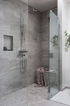 51 Stunning Shower Tile Design Ideas to Remodel Your Bathroom - Home and Garden Decoration Modern Bathroom, Cheap Bathrooms, Bathroom Decor, Bathrooms Remodel, Chic Bathrooms, Tile Bathroom, Bathroom Remodel Designs, Cheap Bathroom Remodel, Shower Tile Designs