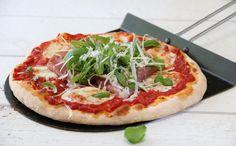 Pizza med parmaskinke, mozzarella go rucola Parma, Mozzarella, Vegetable Pizza, Vegetables, Food, Essen, Vegetable Recipes, Meals, Yemek