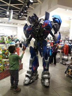 Optimus Prime de filmodon producciones en campaña. #corporeos #botargas #disfraz #mythic_studio #Hasbro #mascotaspublicitarias #transformers #filmodon #filmodon producciones #corporeos #Optumusprime