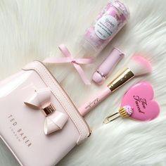 Billedresultat for pink chanel makeup bag