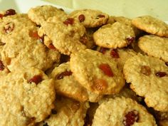 Biscuiti cu fulgi de ovaz,  stafide si merisoare Food Art, Caramel, Deserts, Cookies, Sticky Toffee, Crack Crackers, Candy, Biscuits, Postres