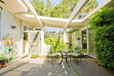 House in San Rafael, United States. Celebrate European-style travel by joining me in my home! Settle in to your bedroom then relax in the garden, take coffee or tea in the atrium or explore nearby hiking trails, restaurants and shopping opportunities. If you're interested in modern ...