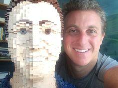 Luciano Hulk e estátua de Lego.   Saiba mais: www.celegram.com.br   #famoso #famosos #celebridade #blogueiro #moda #beleza #lookdodia #blog #fashion #makeup #maquiagem #celegram #lucianohulk