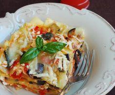 Le lasagne alle melanzane sono una sfiziosa variante vegetariana della ricetta tradizionale, preparata con sugo di melanzane fresche e besciamella.