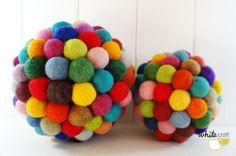 Esfera de bolas de fieltro / Feltball sphere. por TheWhiteCraft