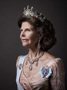 """New official portrait of the Swedish Royal Family 2014: """"The Nine-Prong Tiara"""", because, as you can all see there are nine diamond """"prong"""" elements dotted across the top of the piece. The Swedish Court calls the piece """"Queen Sofia's Tiara,"""" in reference to the tiara's original owner, Sofia of Nassau, the Consort of King Oscar II. The royal court states that the tiara was made for Sofia around 1860, when she became the Swedish crown princess."""