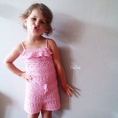 Crochet this super cute romper for a little girl. Free pattern. Jumpsuit haken voor een meisje. Gratis patroon.