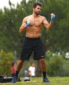 Shirtless Jesse Metcalfe shows off his ripped six-pack with a boxing workout Hairy Men, Bearded Men, Jesse Metcalfe, Hunks Men, Taylor Kitsch, Boxing Workout, Shirtless Men, Male Physique, Gorgeous Men