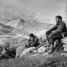 Trio of British paratroopers manning observation post on Mt Maiella in the Ortona sector during the drive through Italy. Pin by Paolo Marzioli Canadian Soldiers, Canadian Army, Canadian History, Military Photos, Military History, World History, Family History, Italian Campaign, Royal Canadian Navy