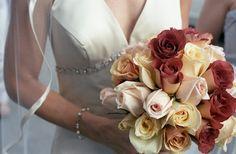 Choisir une robe de mariée est souvent un exercice délicat. Entre les robes de princesse traditionnelles avec un grand renfort de froufrous et la robe quasi sculpturale dans le style chic et tendance, le choix est immense ! Tout est question de morphologie, de goût personnel... et de budget !