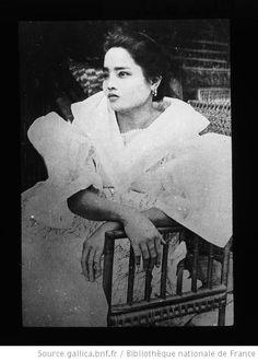 Costume -- Philippines Captions:22. [Portrait d'une femme en costume traditionnel] / [photogr. Gabrielle Vassal] ; [mission Joseph Vassal] 1908