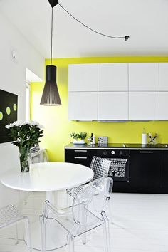 Yellow kitchen colors offer great decorating ideas that brighten up modern kitchen design and bring happy mood into homes Modern Kitchen Design, Modern Interior Design, Modern Interiors, Yellow Kitchen Accents, Yellow Accents, Yellow Kitchens, Green Kitchen, Kitchen Interior, Kitchen Decor