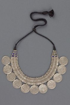 The necklace is made of 11 Indian silver Rupee. The two extremes are decorated by cloisonne' blue varnish in all of the Indian subcontinent like in all of Asian areas, the silver coins have a amulet value and not frequently put in traditional ornaments. Silver Jewellery Indian, Tribal Jewelry, Jewelry Art, Antique Jewelry, Silver Jewelry, Fashion Jewelry, Jewelry Design, Silver Ring, Indian Necklace