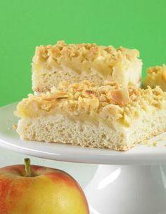 Ein Streuselkuchen vom Blech mit Äpfeln