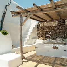 Décor des îles grecques : Villa Drakothea à Mykonos Mykonos, Santorini, Exterior Design, Interior And Exterior, Outdoor Spaces, Outdoor Living, Turbulence Deco, Pergola Attached To House, Mediterranean Homes